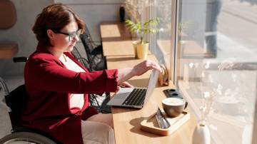 Profissional com deficiência trabalha no computador (Marcus Aurelius/Pexels)