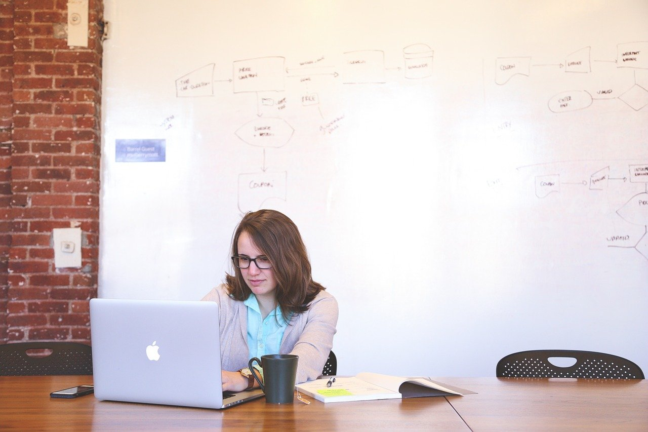Meu chefe é uma barreira para novas ideias: posso pular a hierarquia para mostrar um projeto para outro líder?