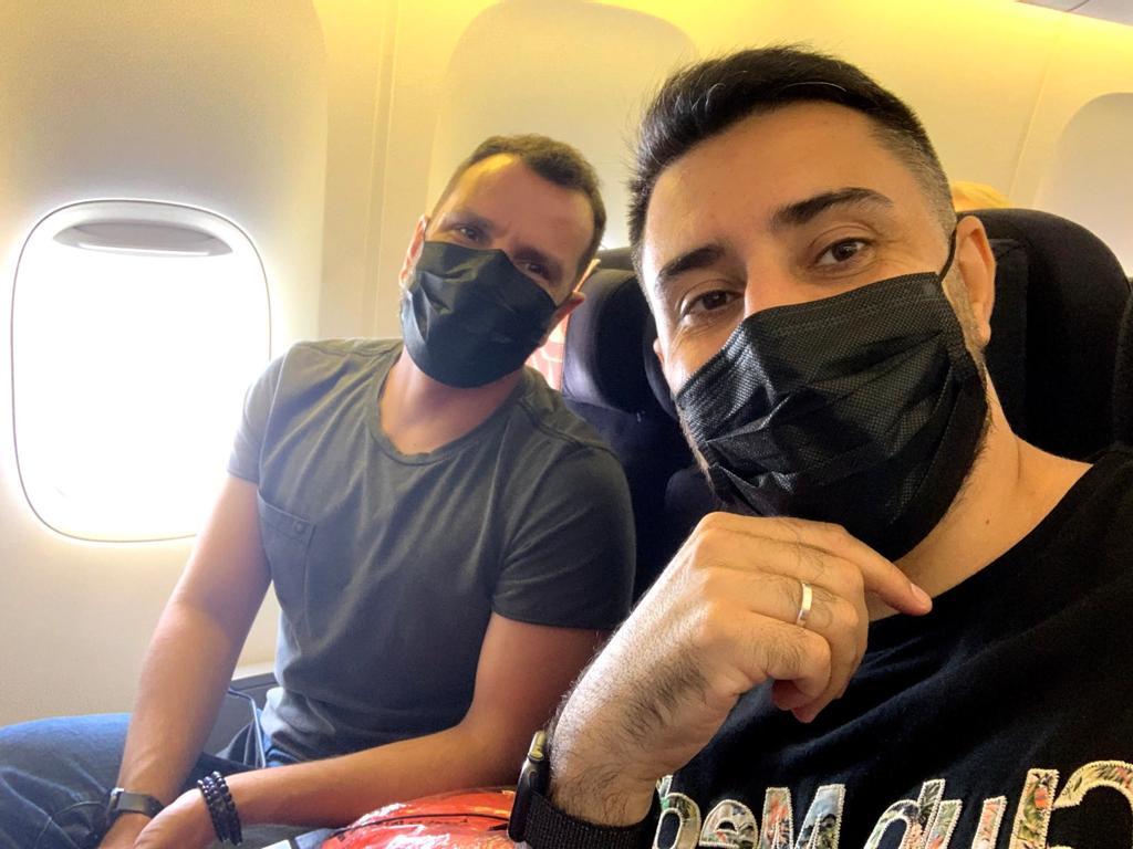 Milton (direita) e o marido no voo do Chile para a Alemanha