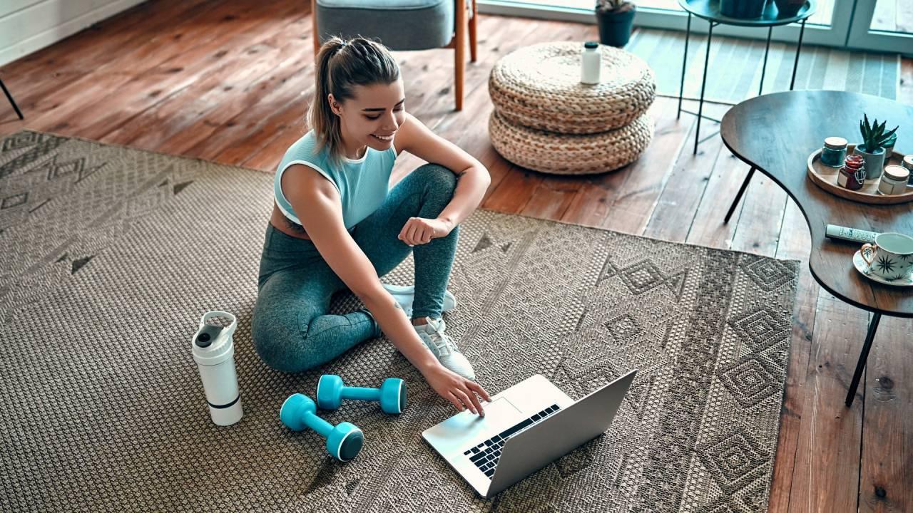 Mulher vê aulas da Gympass pelo computador (Divulgação)