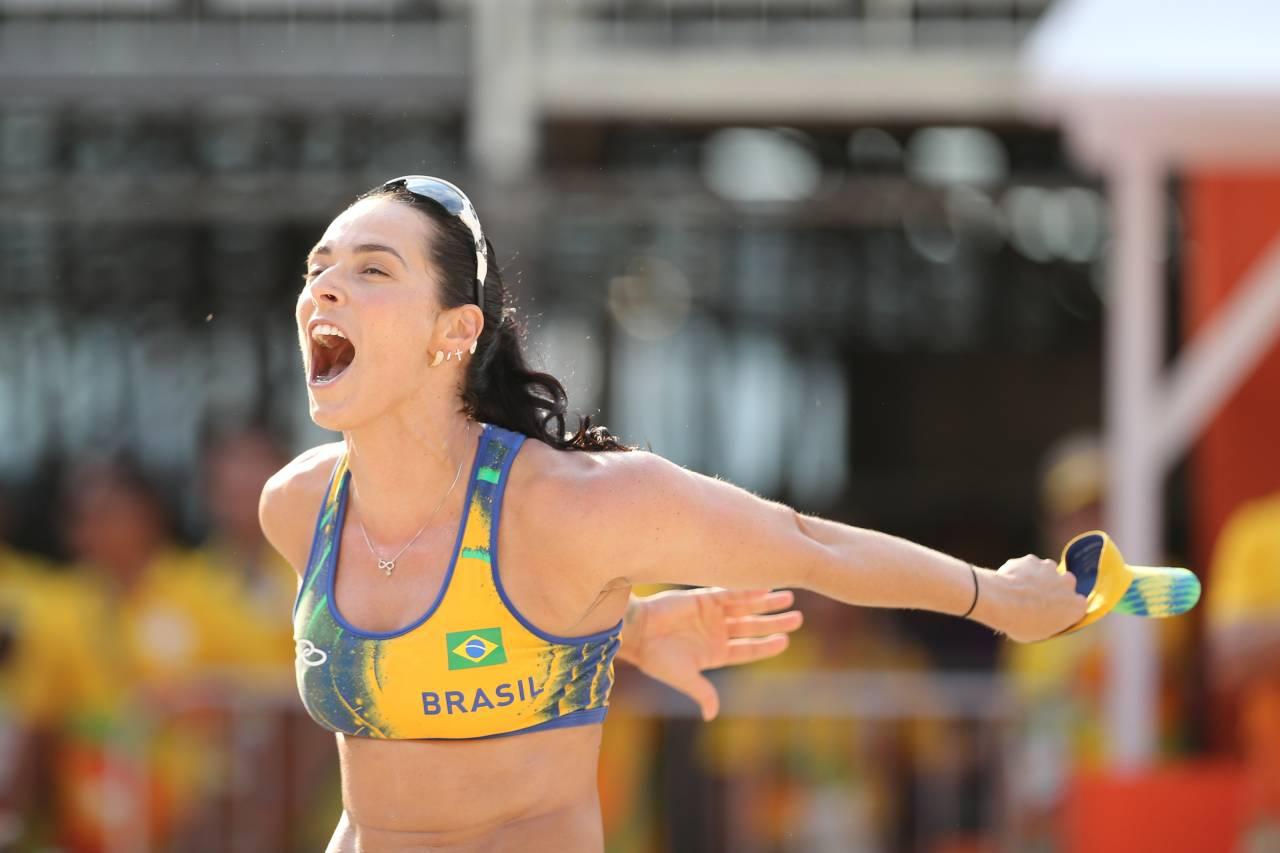 Ágatha Bednarczuk, do vôlei de praia (Alaor Filho/COB e Saulo Cruz/ Exemplus/ COB)