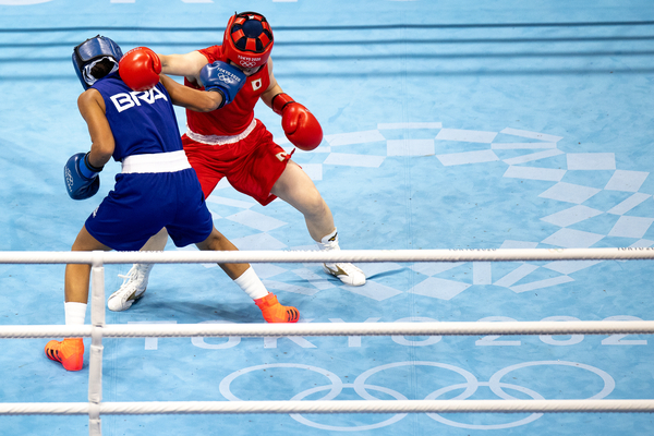 Atleta Graziele Sousa do boxe disputa as prelimanares contra a japonesa Tsukimi Nakimi na categoria 48-51kg, na Kokugikan Arena (Miriam Jeske/COB)