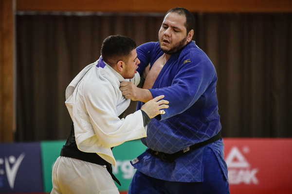 Judoca Rafael Silva (azul), o Baby, treina no ginásio Yuto, em Tóquio (Gaspar Nóbrega/COB)