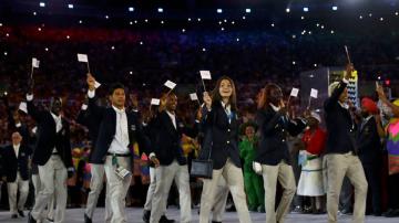 Delegação de atletas refugiados na abertura da Rio 2016, no Maracanã (KAI PFAFFENBACH/Divulgação/Comitê Olímpico Internacional)