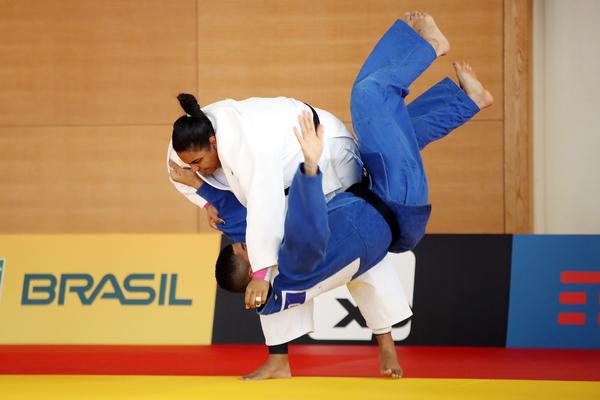 Maria Suelen (branco) durante treino no ginásio Yuto, em Tóquio (Gaspar Nóbrega/COB)