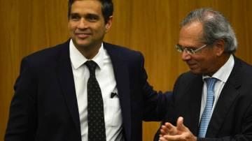 O novo presidente do Banco Central (BC), Roberto Campos Neto, e o ministro da Economia, Paulo Guedes, durante cerimônia de transmissão de cargo.