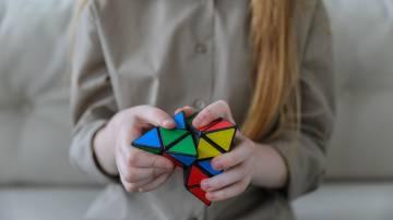 Mulher monta triângulo inspirado no cubo de Rubik; flexibilidade, inovação, conhecimento