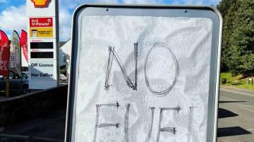 Placa mostra aos clientes que o combustível acabou é retratada em um posto de gasolina em Hemel Hempstead, Grã-Bretanha, 29 de setembro de 2021. REUTERS/Matthew Childs